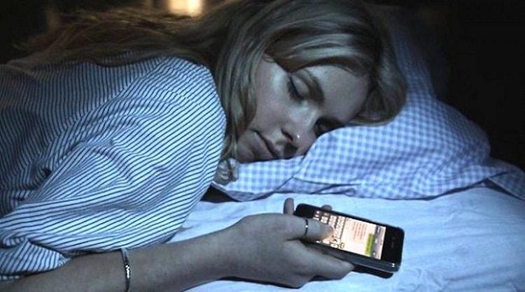 bahaya tidur dekat hp
